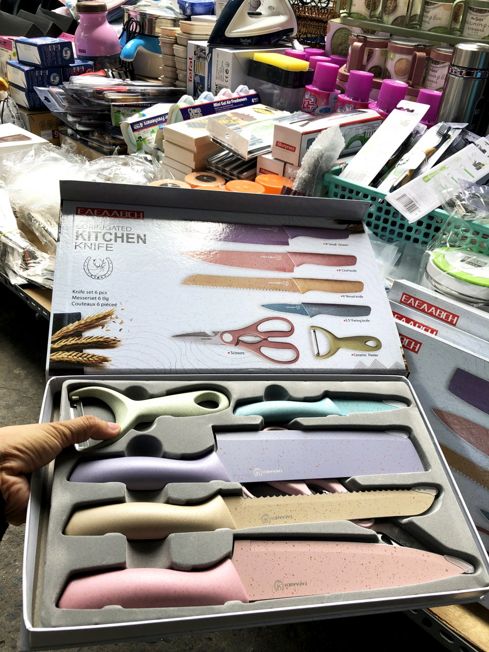 Bộ dao, kéo làm từ thân cây lúa mạch, được cho là hàng nhập từ Mỹ nhưng không có thông tin gì trên sản phẩm
