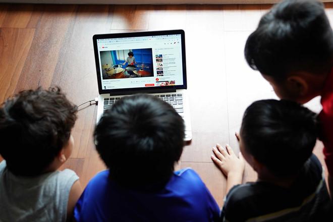 YouTube, truyền hình trở thành công cụ giải trí quen thuộc của trẻ
