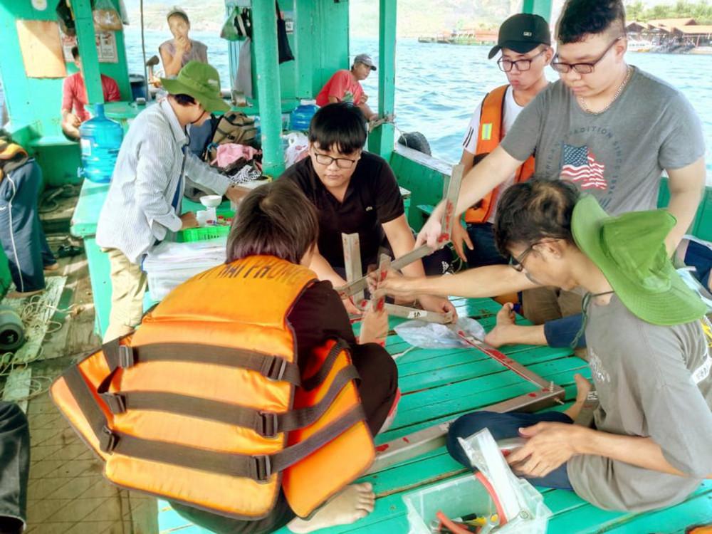 Sinh viên ngành hải dương học Trường đại học Khoa học Tự nhiên (Đại học Quốc gia TP.HCM) trong chuyến khảo sát thực tế - Ảnh: Gia Tuệ