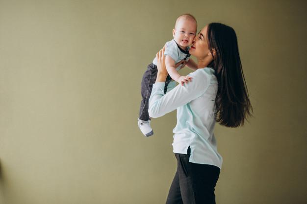 Vì bỏ bê con cho người giúp việc, không ít bà mẹ ra rìa trong lòng bé (ảnh minh họa)