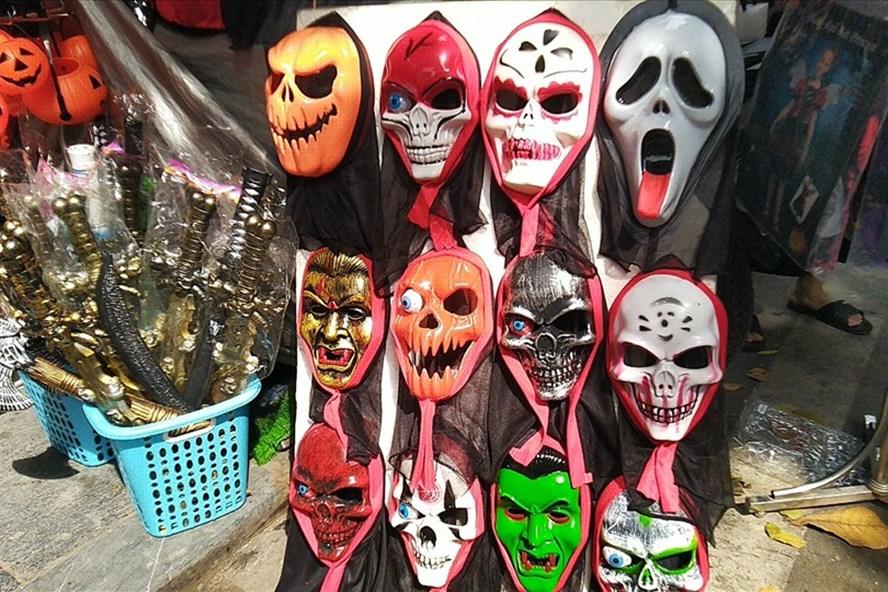 mặt nạ Halloween bán đầy các cửa hàng và rất nhiều phụ huynh sẵn sàng mua cho con nhỏ
