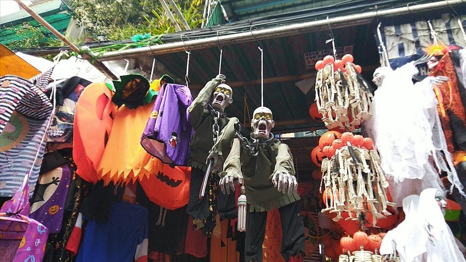 Nhiều phụ huynh cho con tự do mua sắm đồ hoá trang Halloween