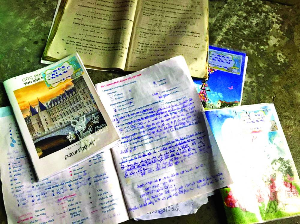 Cứ sau mỗi trận bão, lũ, những đứa trẻ miền Trung lại phải học qua những cuốn tập, sách lem nhem chữ như thế này