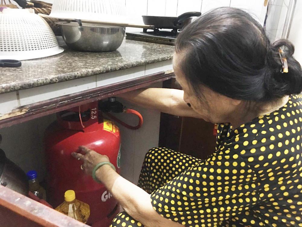 Những người lớn tuổi ở nhà một mình dễ bị các đối tượng lừa đảo giở chiêu trò thay đổi bình gas, phụ kiện bình gas kém chất lượng