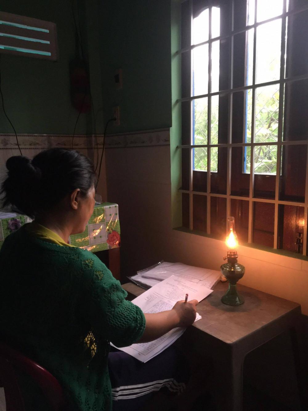 Cô Nhàn chấm bài bằng đèn dầu trong cơn bão số 12 năm 2020