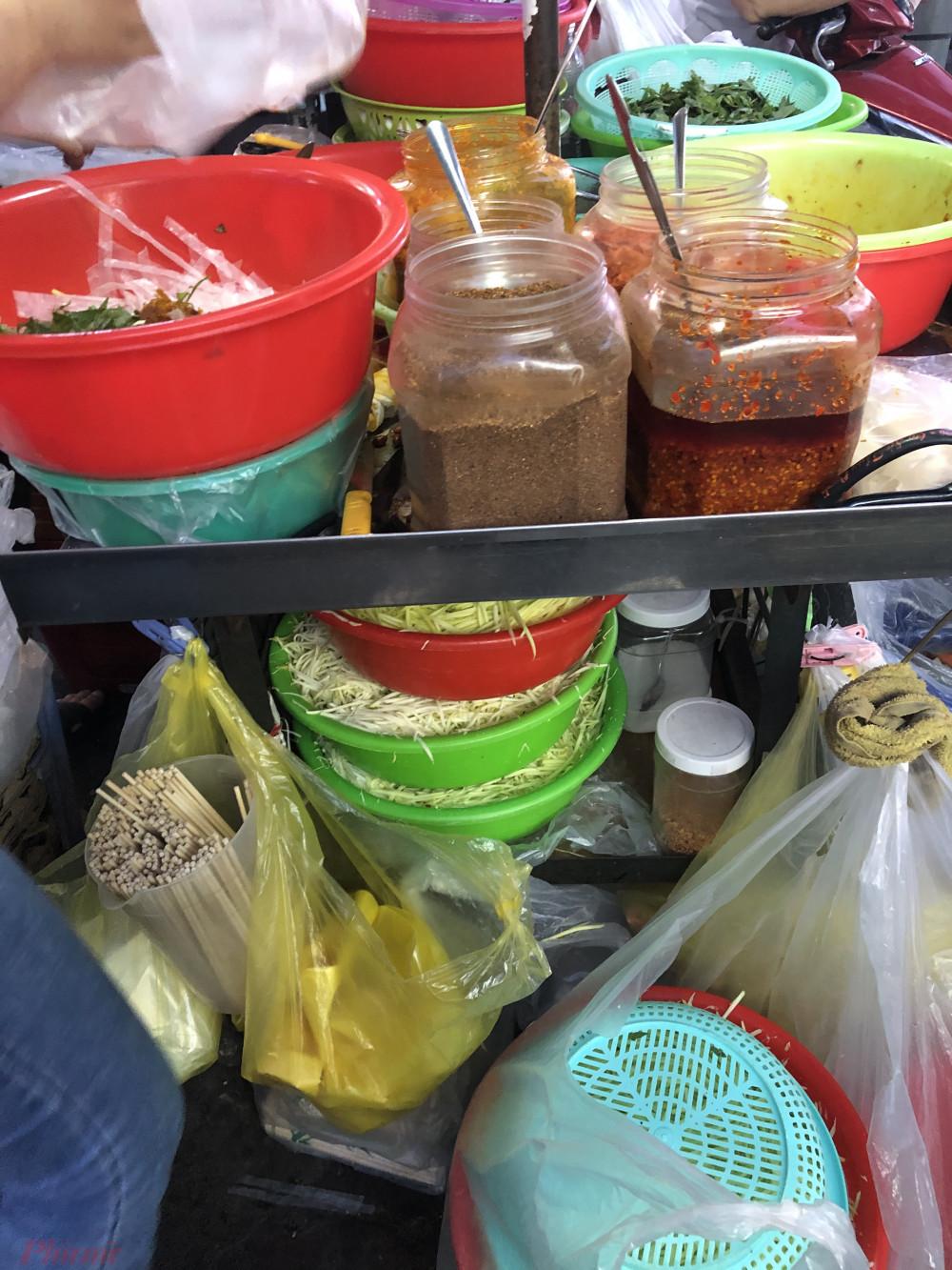 Đa số các người bán cho hay, nguồn nguyên liệu làm bánh tráng, gia vị họ đều mua ngoài chợ nên tiềm ẩn rất nhiều rủi ro về mất vệ sinh an toàn thực phẩm. Ảnh: Thanh Hoa