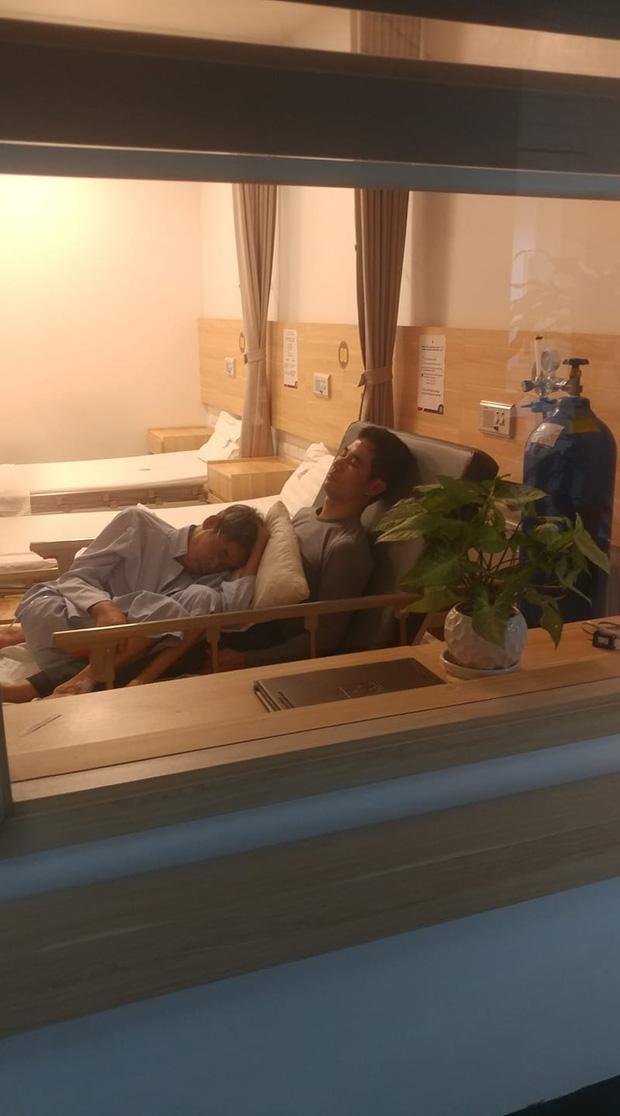 Bức ảnh hai cha con được chụp tại Bệnh viện Ung Bướu Hà Nội đang được lan truyền trong cộng đồng mạng, làm lay động trái tim của nhiều người. Ảnh từ Facebook