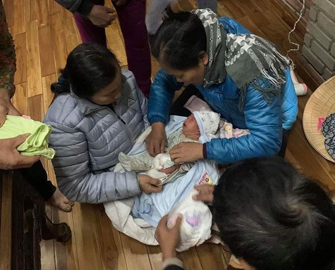 Chá bé bị bỏ rơi ở tỉnh Hà Nam may mắn được người dân phát hiện và chăm sóc chu đáo (Ảnh internet)