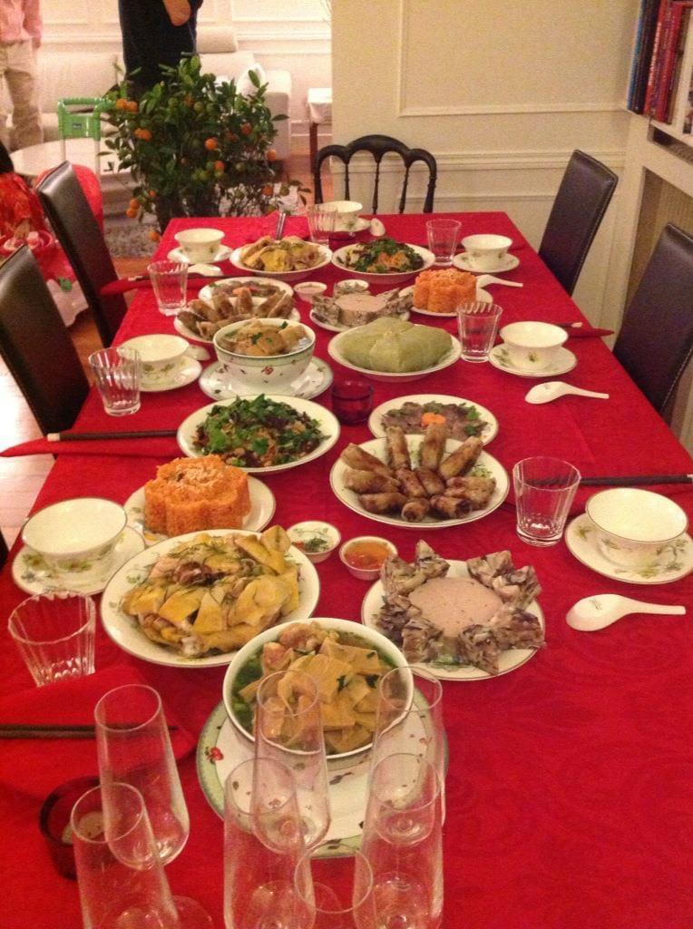 Mâm cỗ ngày tết của gia đình chị Mùi ở Pháp với đầy đủ các món ăn truyền thống Việt Nam cùng cây quất đặc biệt (ảnh do nhân vật cung cấp)