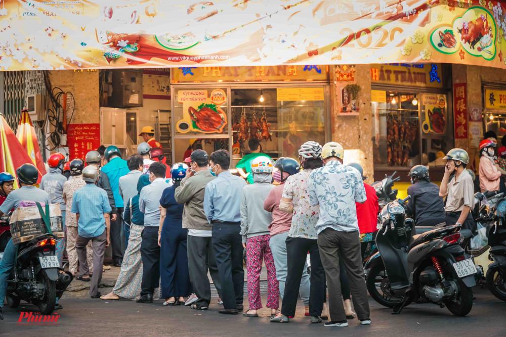 Đây là hình ảnh đoàn người xếp hàng dài chờ đến lượt mua heo quay vào tháng 2/2020