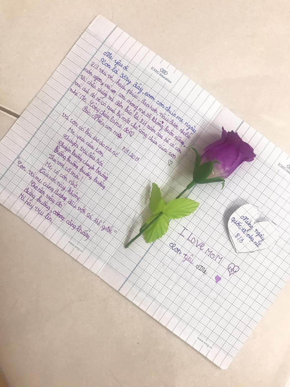 Đó còn là tấm thiệp và bài thơ con viết trên giấy học trò tặng mẹ nhân ngày 8-3.