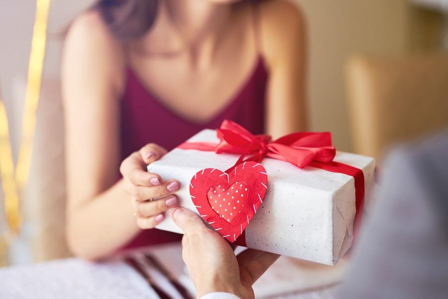 Thuở còn khó khăn, món quà anh tặng chị cũng rất bình dị - Ảnh minh họa