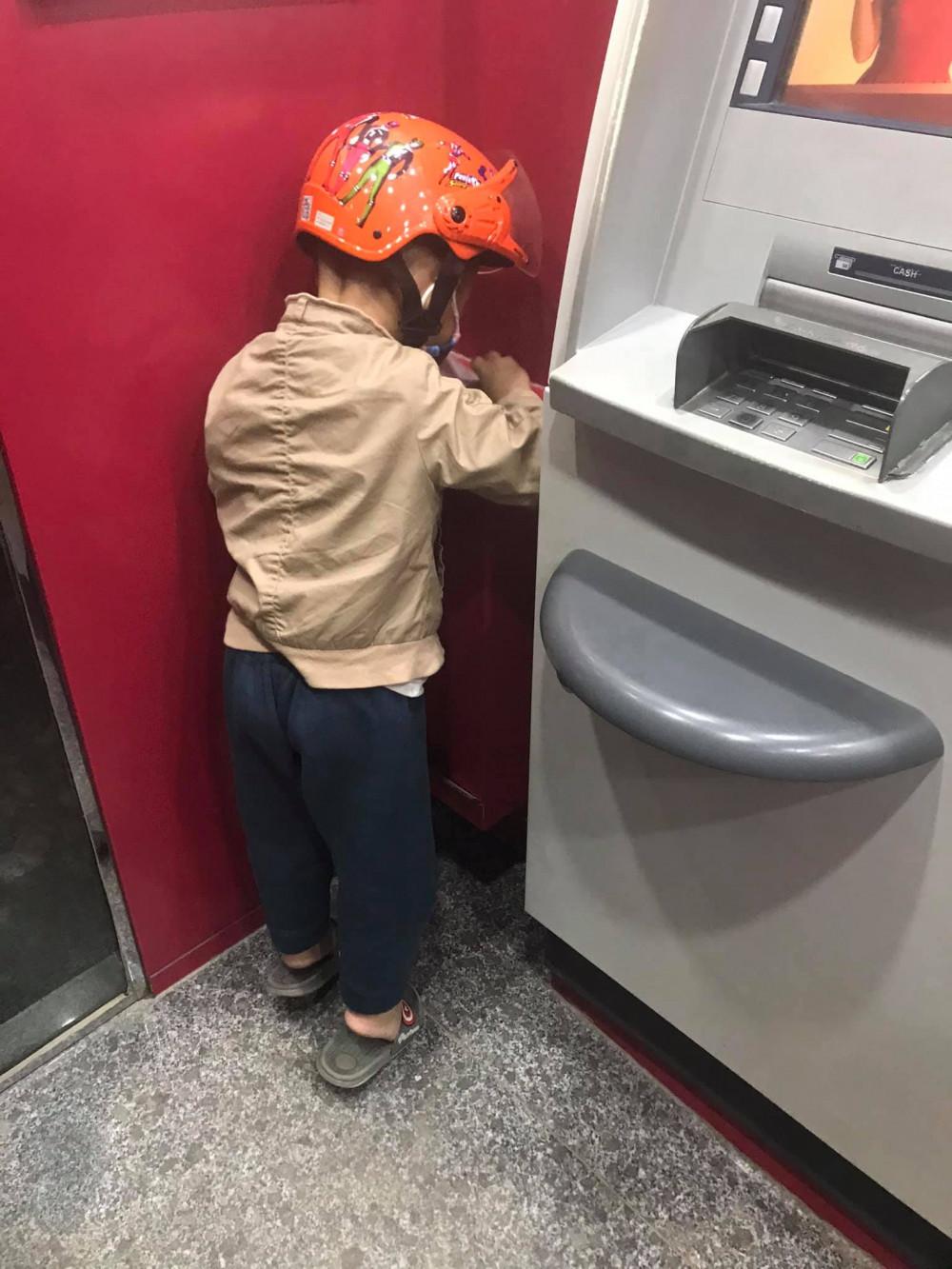 Lý do cậu bé nhặt rác vì không muốn bà quét rác vất vả và