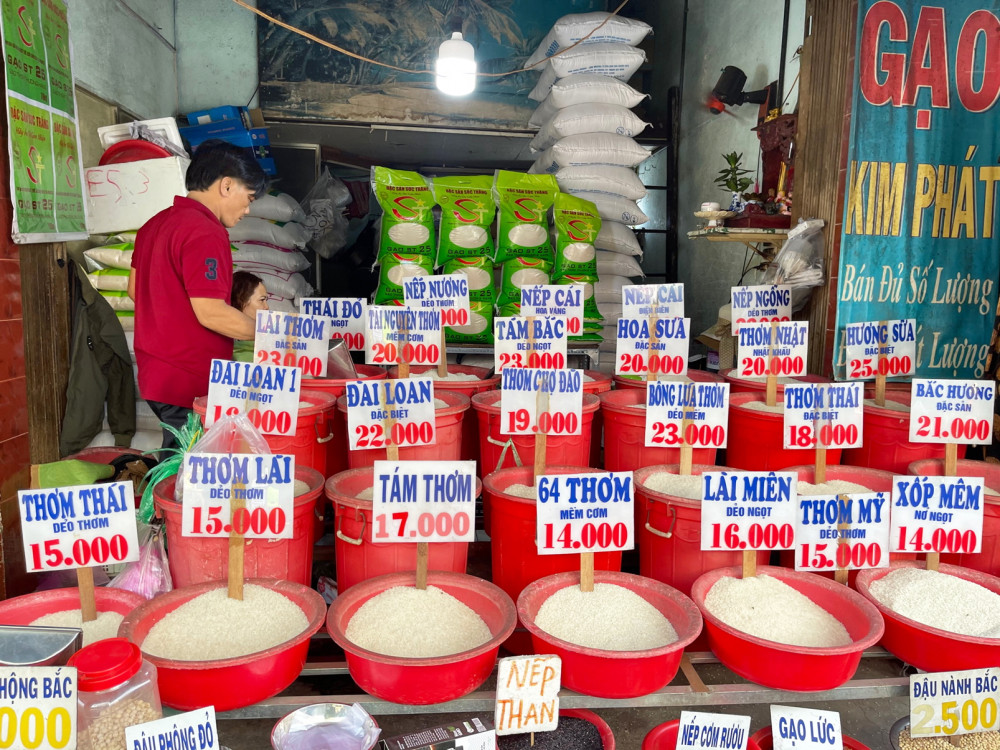 Hầu hết các điểm bán tự phối trộn, đặt tên, làm giá gạo dẫn tới tình trạng một loại gạo nhưng có nhiều tên gọi, hương vị khác nhau