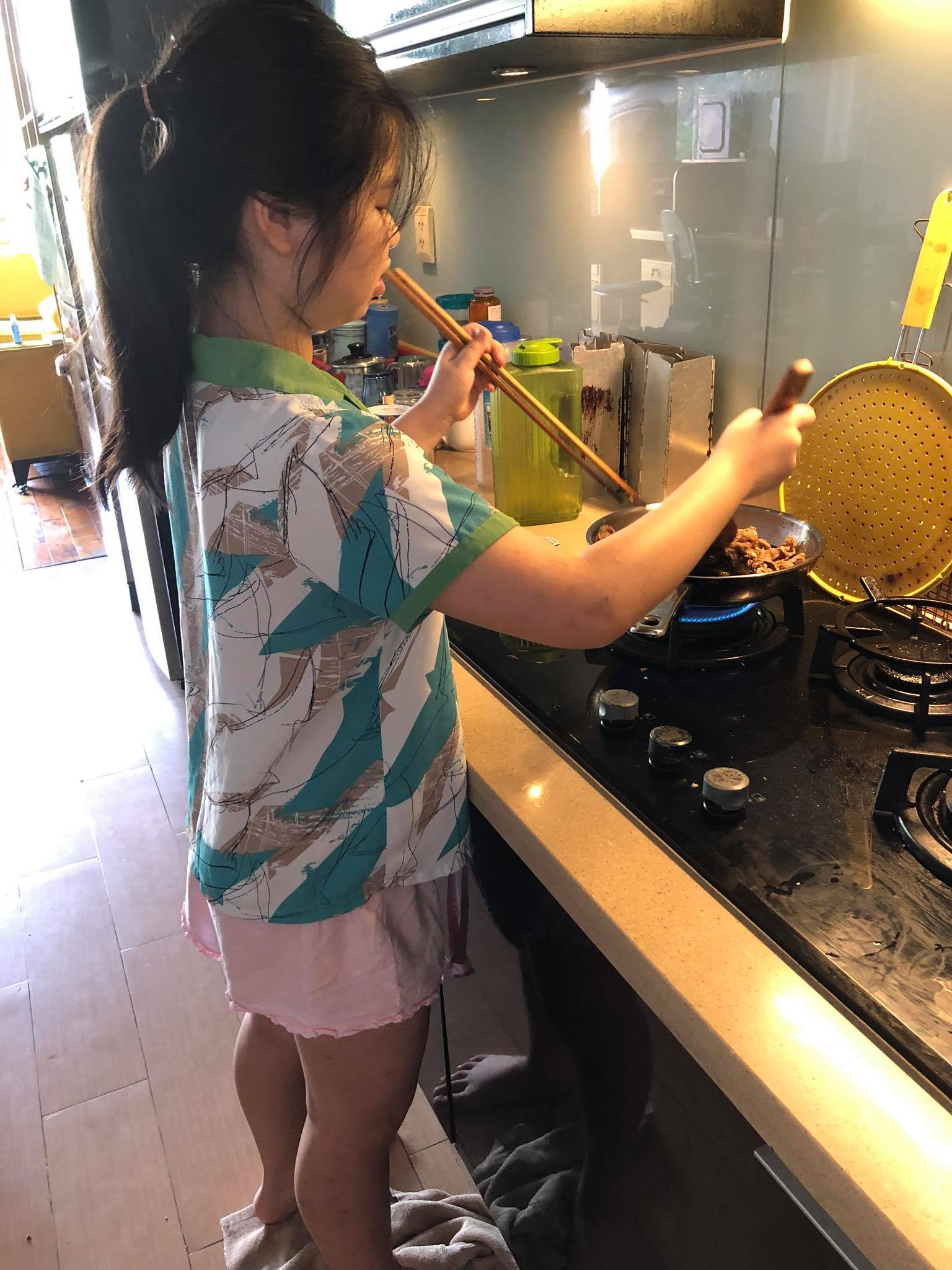 Bé Diệp Quỳnh (10 tuổi) đang giúp mẹ chuẩn bị bữa ăn.