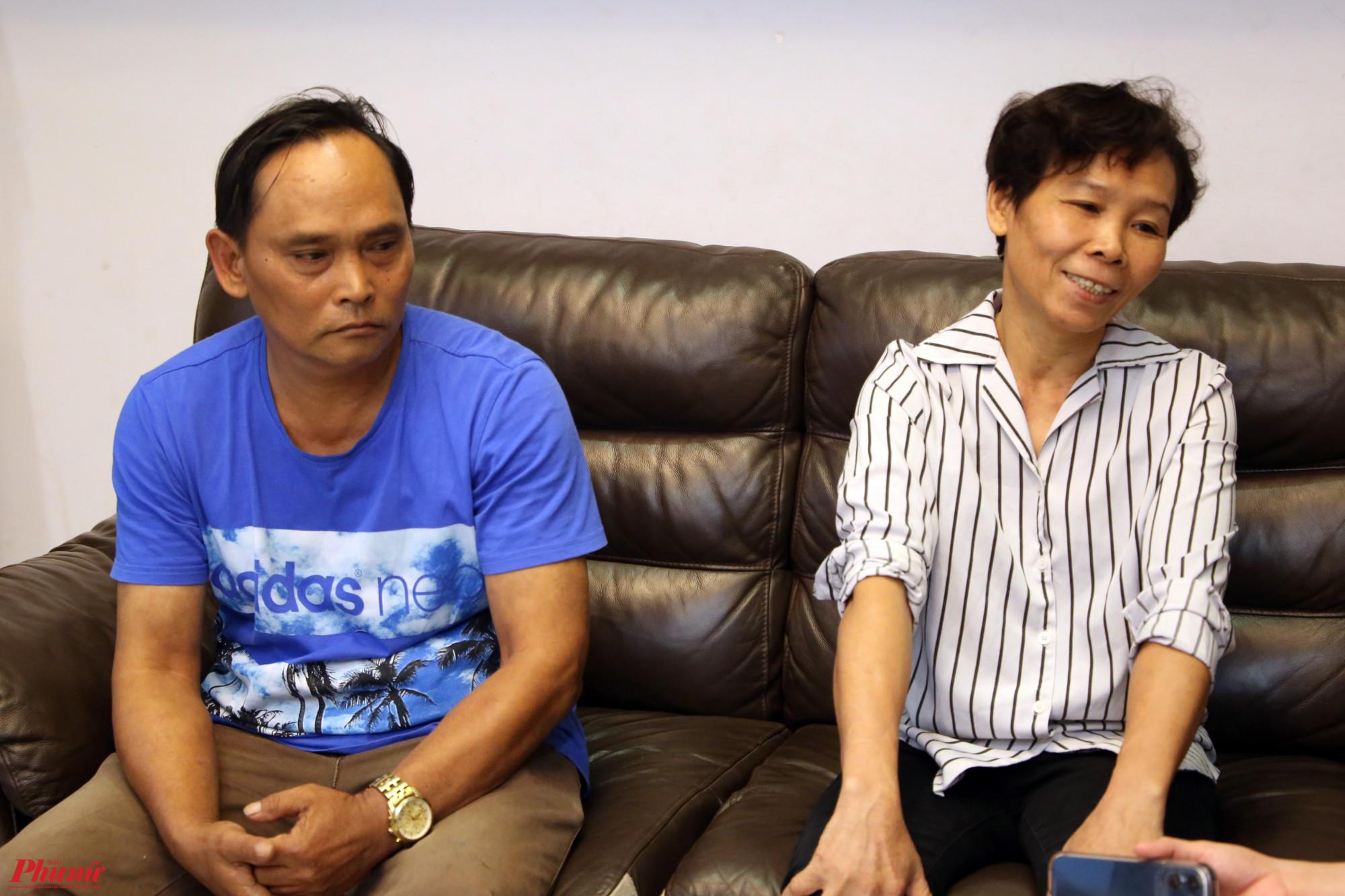 Anh Mười và chị Thu - cha mẹ ruột Hồ Văn Cường trong buổi gặp mặt chiều 13/6 với báo Phụ Nữ TPHCM