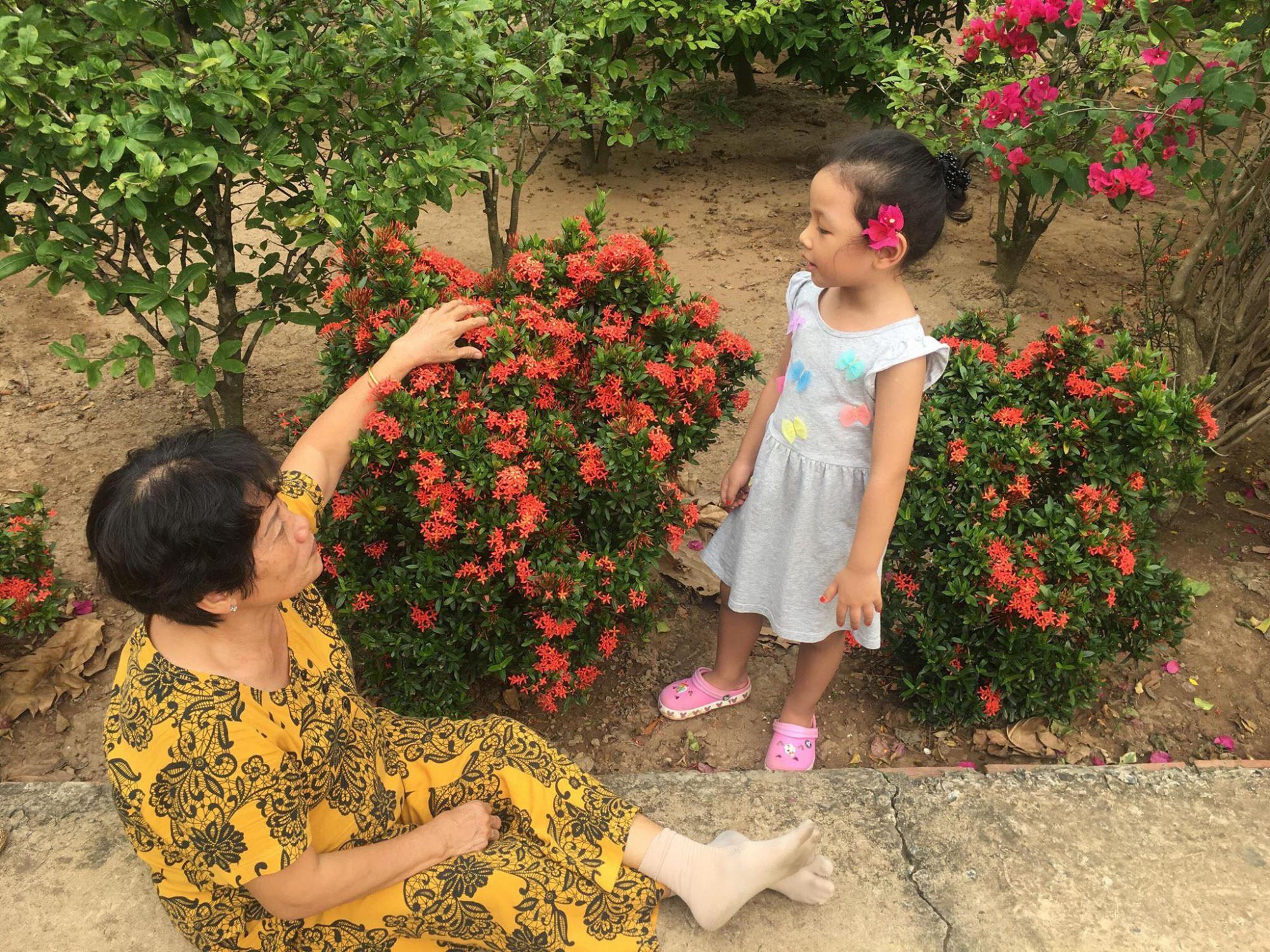 Mỗi năm đến hè là bà giành phần trông cháu cho con gái rảnh tay