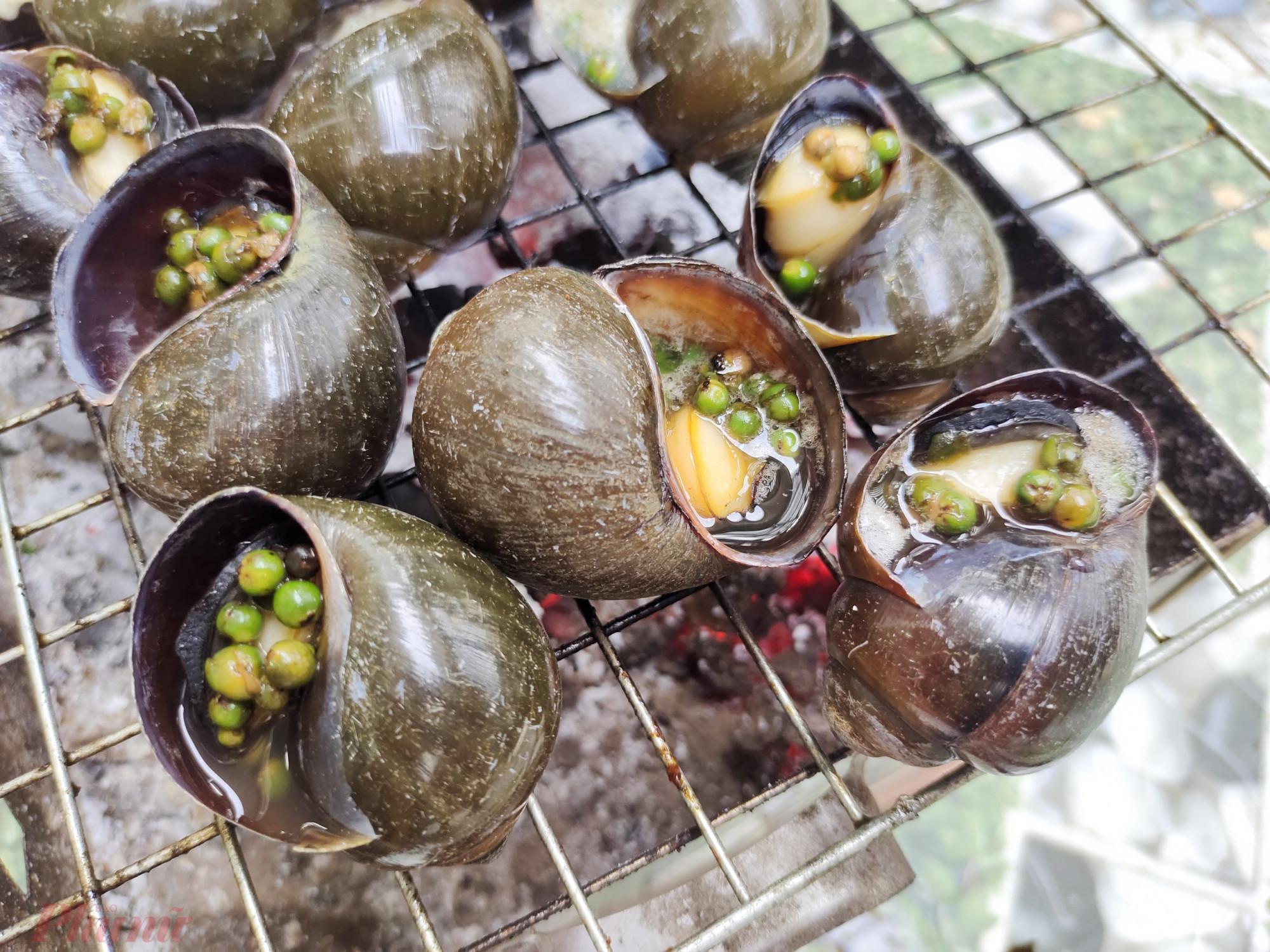 Vị ốc bươu nướng tiêu xanh cay nồng mà ăn vào những ngày mưa thì còn gì bằng.