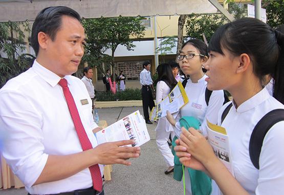 ThS Phạm Doãn Nguyên chia sẻ cùng thí sinh