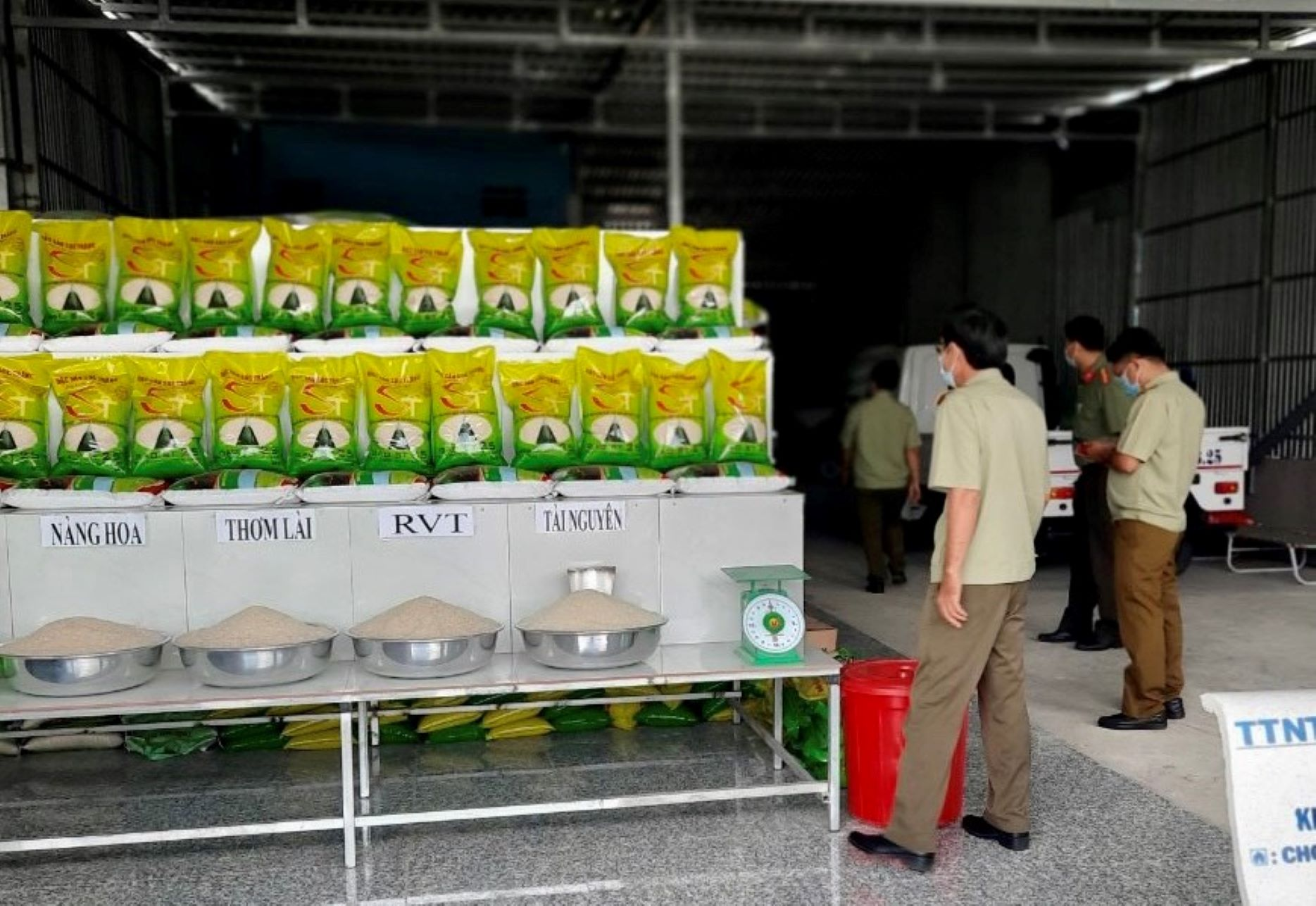 Lực lượng chức năng kiểm tra cơ sở gạo