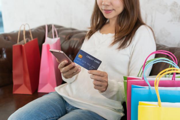 Mùa dịch, không ít cô gái vẫn mua sắm online tới cạn tiền trong thẻ - Ảnh minh họa