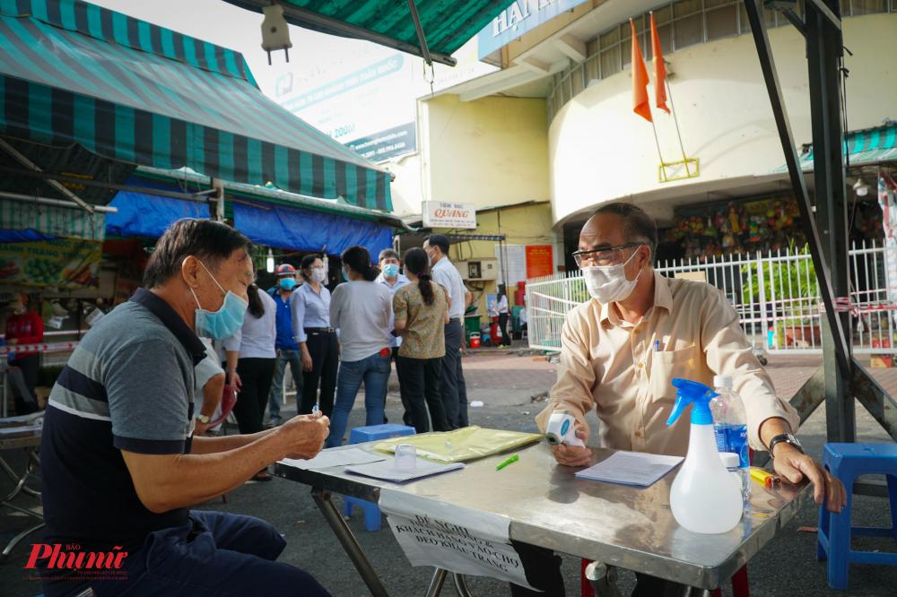 Riêng với công tác kiểm soát dịch bệnh COVIDD-19, ông Phong yêu cầu, cách 4,5 ngày, chợ phải có đợt kiểm tra ngẫu nhiên để kiểm soát dịch bệnh tốt hơn.