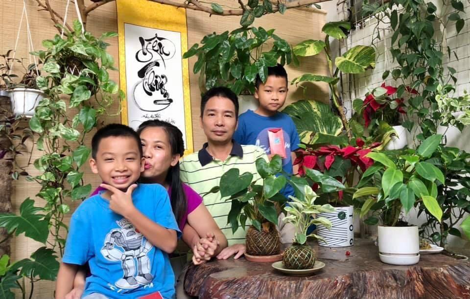 Gia đình chị Hoa vui vẻ bên khoảng sân nhỏ với những chậu hoa do mẹ và con trồng (Ảnh nhân vật cung cấp)