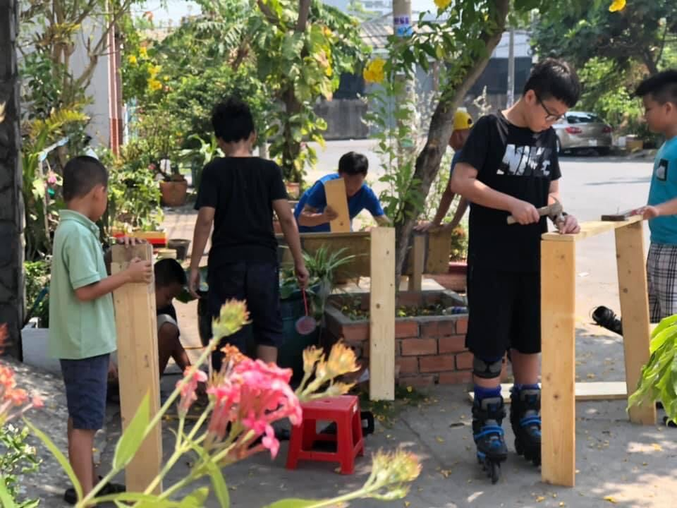 Trước thời điểm giãn cách, sân nhà chị Hoa là nơi anh em Tin Tin hướng dẫn các bạn biết đóng các loại vật dụng từ những thanh gỗ cũ(Ảnh nhân vật cung cấp)