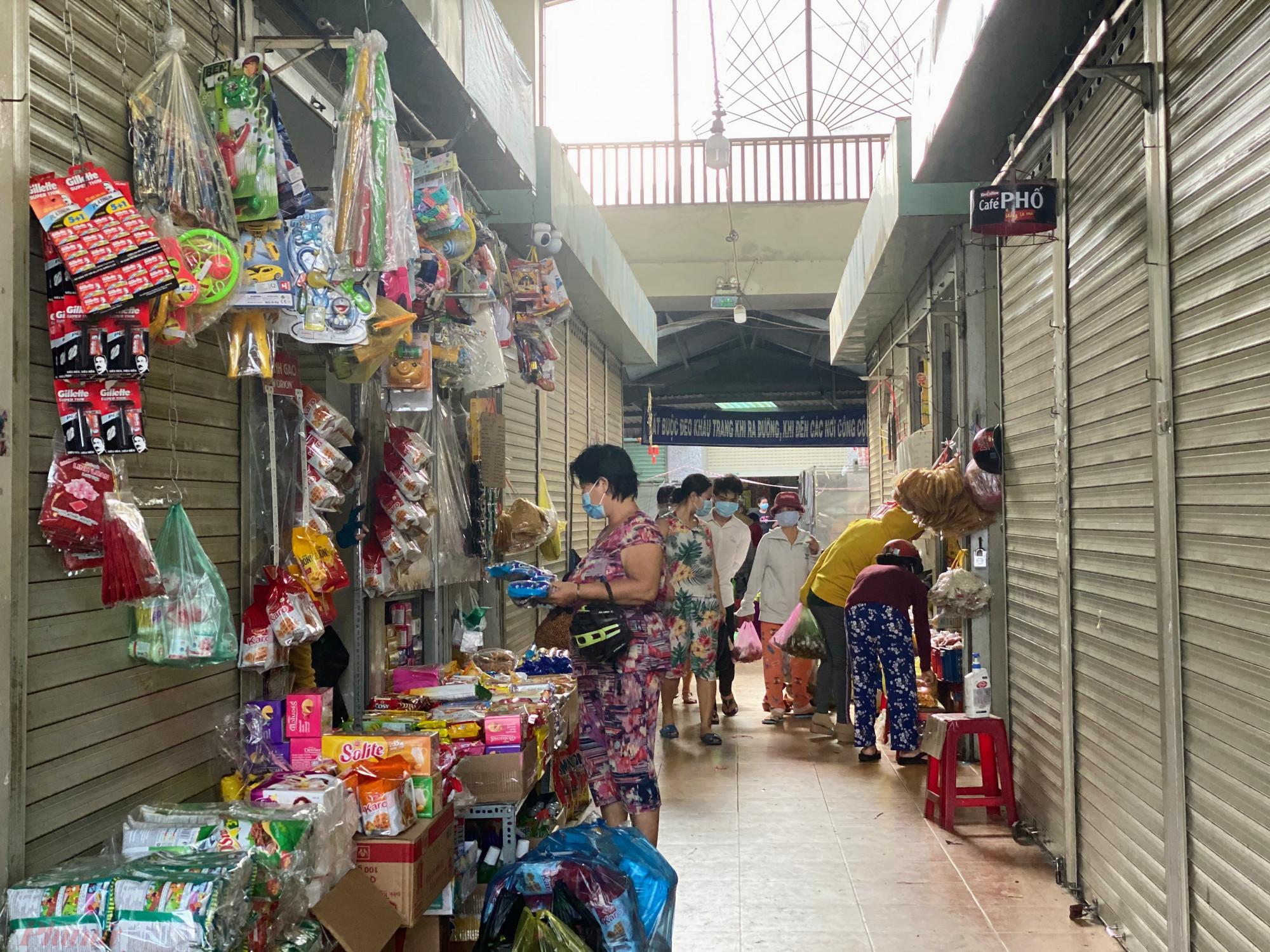 Còn tại khu vực nhà lồng chợ kinh doanh các mặt hàng thiết yếu, chợ này thực hiện việc mở sạp xen kẻ, để giữ khoảng cách, tránh tụ tập người mua tại một chỗ khá đông.