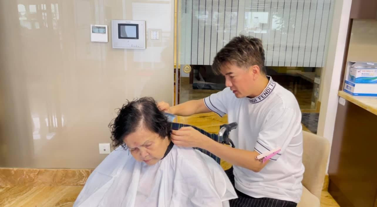Đàm Vĩnh Hưng cắt và uốn tóc cho mẹ