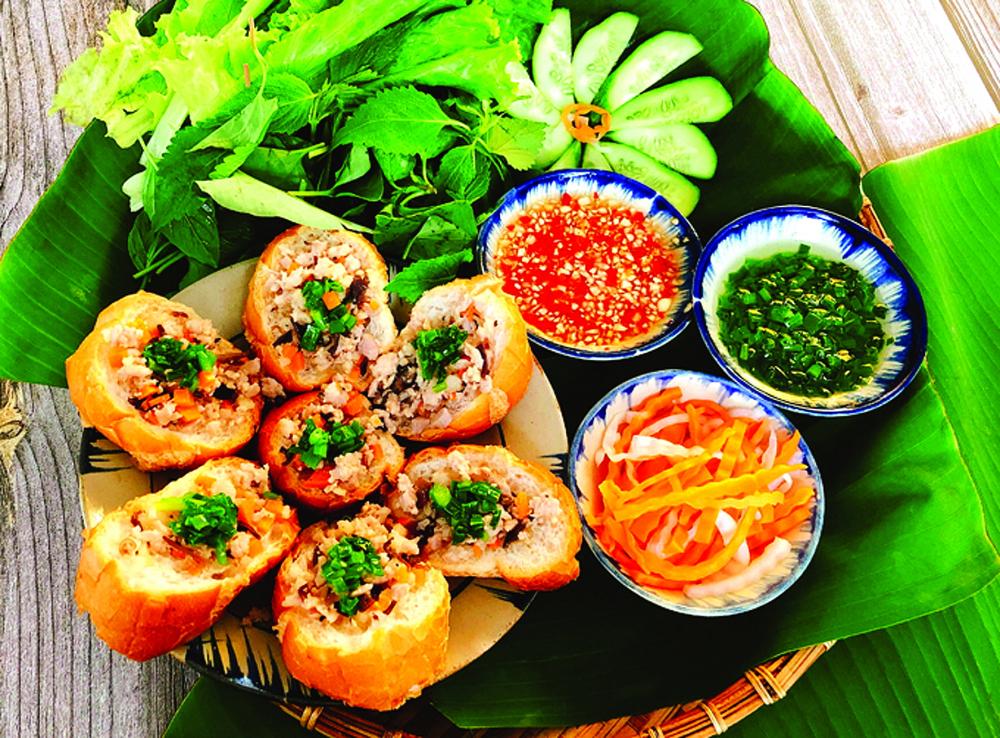 """Phía sau những sắc màu luôn là một Sài Gòn đang cố giữ cho mình những món ăn xưa dù đôi khi với nhiều người, đó chỉ là """"dư âm của đồ cũ"""" - như bánh mì hấp"""