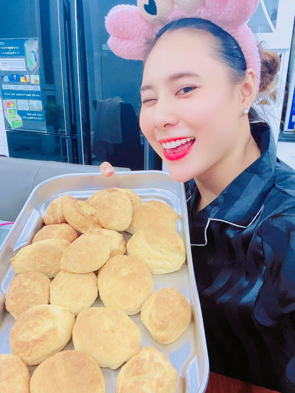 Ca sĩ Hồ Bích Trâm khoe mẻ bánh mì dẫu chưa đẹp
