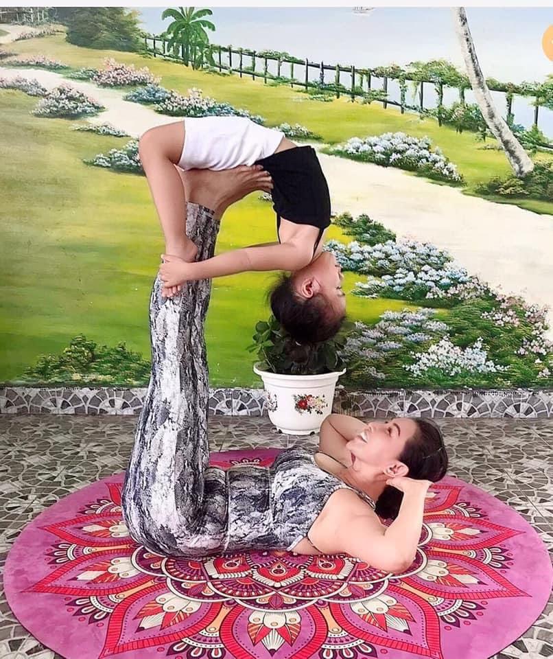 yoga đã mang đến cho bà cháu chị Thoa nhiều niềm vui trong những ngày giãn cách xã hội - Ảnh nhân vật cung cấp