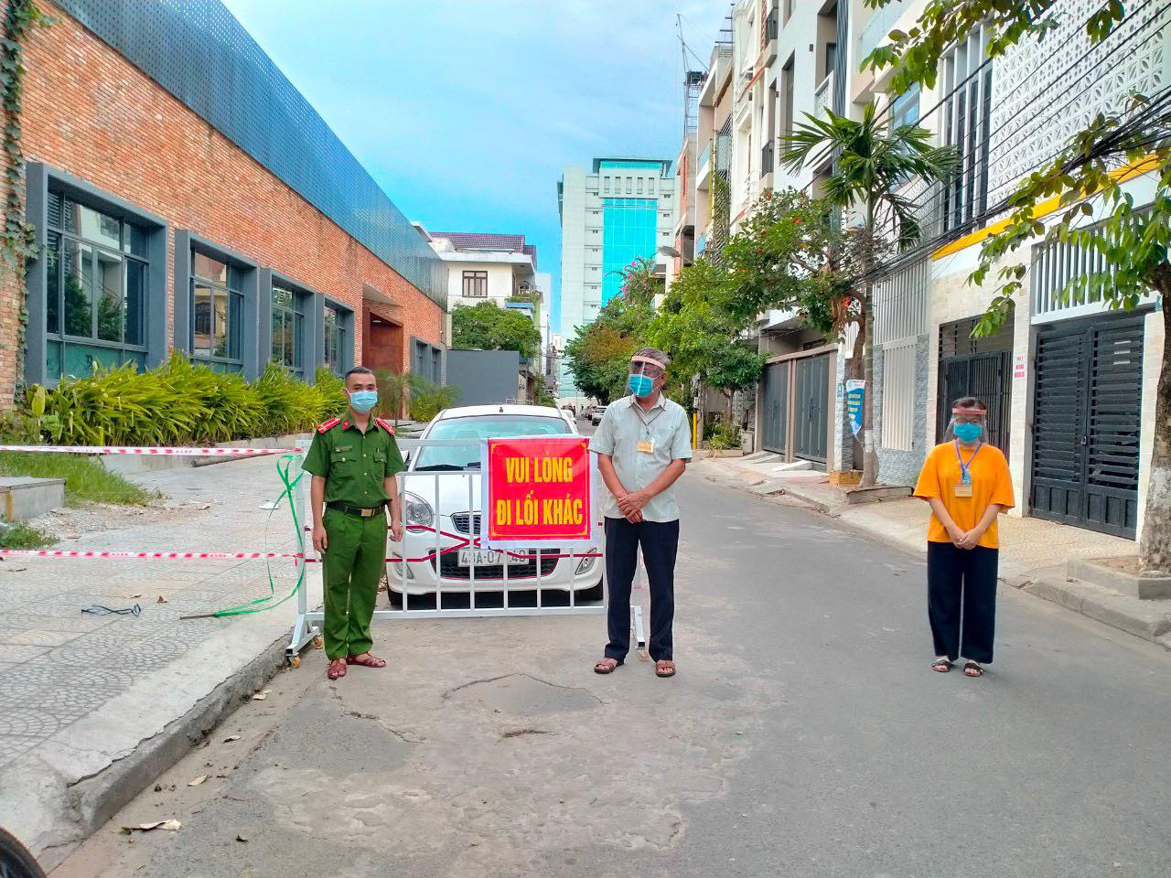Thượng úy Lam cùng trưởng ban mặt trận, đoàn thanh niên trực chốt - Ảnh nhân vật cung cấp
