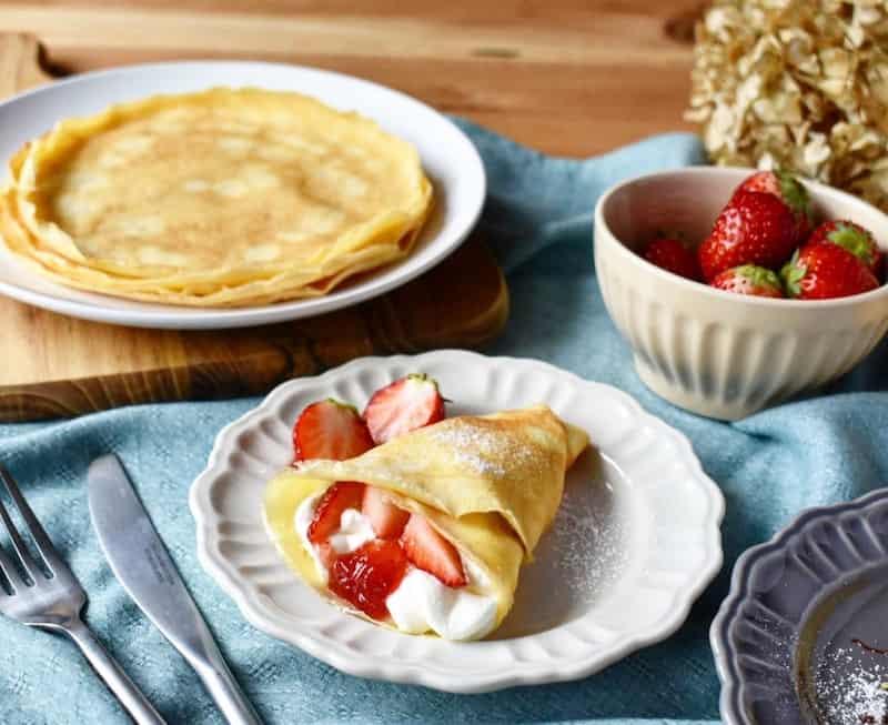 Hoặc bạn có thể dùng máy đánh trứng, đánh đều hỗn hơp bơ lạt, lòng trắng trừng và đường thành kem.