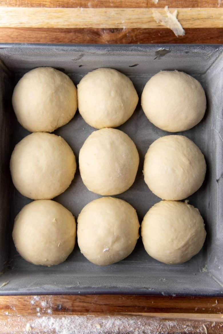 Cho men, đường, sữa, trứng, bơ tan chảy và muối vào máy xay sinh tố và trộn đều. Đổ vào bột và trộn cho đến khi tạo thành bột. Bột nhào; để yên trong 40 phút. Bôi mỡ và bột vào khay nướng. Cán bột thành những viên nhỏ rồi đặt lên khay. Đánh với hỗn hợp lòng đỏ trứng và sữa.