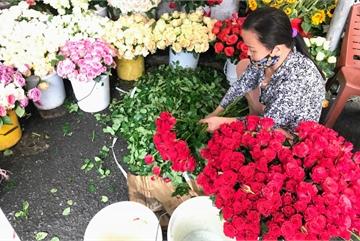 Hoa Đà Lạt 'cho không', về Sài Gòn muốn mua rẻ phải ra lề đường