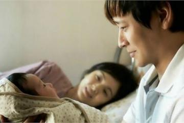 Nhìn vợ sinh con, chồng phát… sợ!