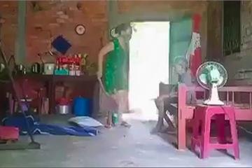 Clip con ruột bạo hành mẹ, đổ rác lên đầu mẹ già ở Long An: Nguyên nhân do tranh chấp nhà?