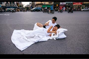 """Chụp ảnh """"chăn gối"""" giữa đường: Hết mình hay rùng mình?"""
