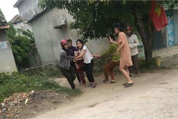 5 phụ nữ bị truy tố vì lột đồ, kéo lê chủ nợ trên đường