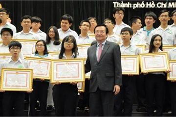 """Có cần thưởng """"khủng"""" cho học sinh đoạt giải trong các kỳ thi?"""
