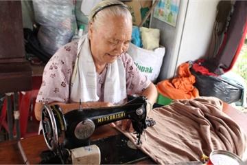 Cụ bà U80 ngồi chòi lá, may chăn, quần áo tặng người nghèo