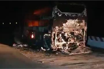 Nghe VietNamNet: Xe khách bị thiêu rụi, hàng chục hành khách kịp thoát thân
