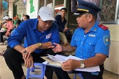 Kiểm tra niêm yết bán vé tại Bến xe Miền Đông