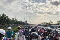 Ngàn ô tô, xe máy chôn chân trên đường Phạm Văn Đồng