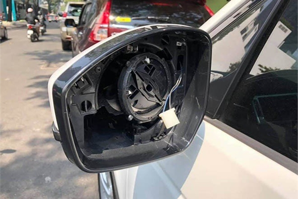 Ô tô bị trộm 'vặt' mất gương gắn gương tạm vẫn bị phạt tiền