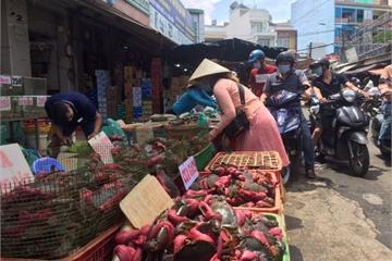 Lễ 2-9: Người dân tấp nập đi chợ mua cua, ghẹ, tôm