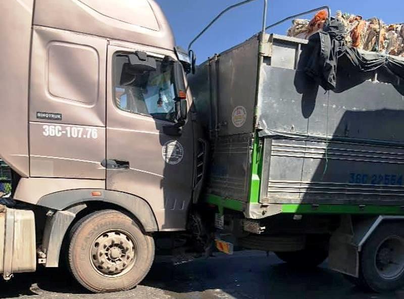 Xe máy 'tạt đầu', ô tô biển 80 cùng container gặp nạn - ảnh 2