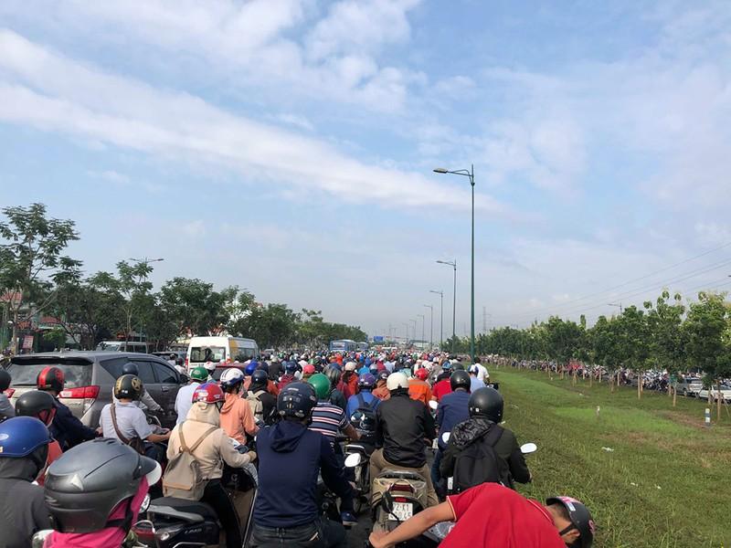 Đường Phạm Văn Đồng kẹt xe nghiêm trọng - ảnh 3